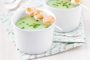 crema aterciopelada de crema verde de brócoli, guisantes, espinacas, camarones
