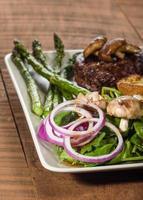 salada de bife e espinafre com aspargos