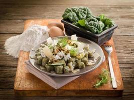 Ñoquis de espinacas con ricotta, calabacines y hojuelas de parmesano foto