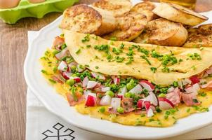 Omelett mit Frühlingsgemüse und Speck