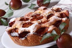delicioso primer plano de pastel de ciruela en la mesa horizontal