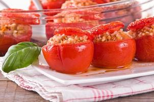 tomates rellenos en un plato blanco.