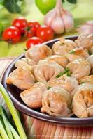 ravioles en un plato de arcilla