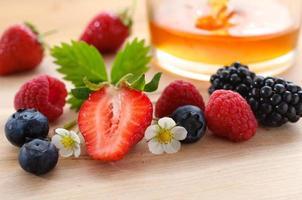 Waldbeeren mit Honig - Berries and honey photo