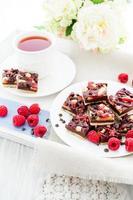 cuadrados de chocolate y frambuesa foto