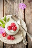 yogurt natural con frambuesas frescas y mermelada de frambuesa para el desayuno