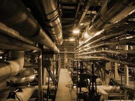 tuberías dentro de planta de energía foto