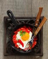 huevos revueltos con tomates asados. foto