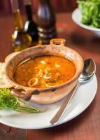 sopa de pescado con pan y ajo
