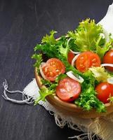ensalada fresca con tomate, frisee y cebolla