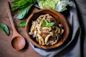 salada de cogumelos picante tailandesa em uma tigela de madeira