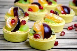 tarta de frutas en la mesa