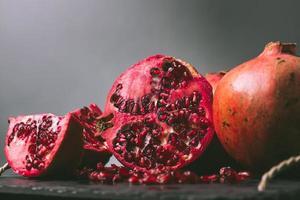granada orgánica fresca foto
