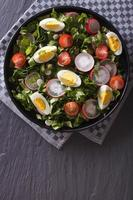 salada fresca com ovo, rabanetes e ervas vista superior vertical
