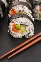 rollos de salmón servidos en un plato foto