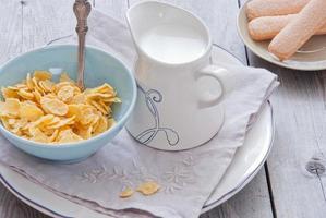 desayuno - copos de maíz y leche foto