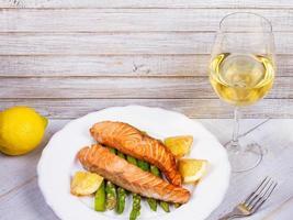 salmón asado y espárragos foto
