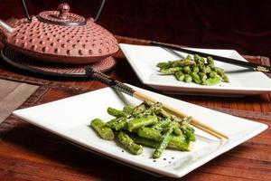 salade d'asperges au sésame avec théière japonaise