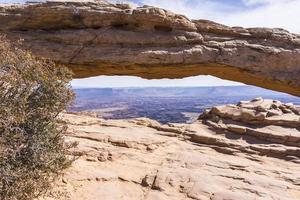 parque nacional de canyonlands. arco da mesa, desfiladeiros e montanhas do sal