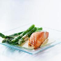filete de salmón con espárragos y salsa amarilla