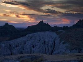 puesta de sol sobre las tierras baldías foto