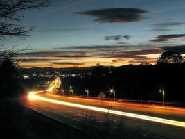 autolichten die op wondermijl in Redding Californië stromen