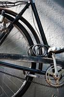 Detalle de un juego de bielas de bicicleta vintage con cadena y cerradura