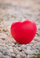 Corazón de amor en el día de San Valentín en piedra. foto