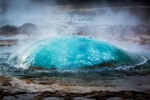 gêiser em erupção na Islândia