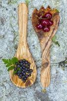 bayas en cucharas de madera foto