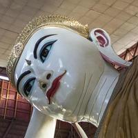 Cabeza de colosal Buda reclinado en la pagoda Chaukhtatgyi, Yangon, Myanmar