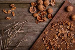 Nueces Bodegón rústico fondo de tablero de madera con espacio de copia foto