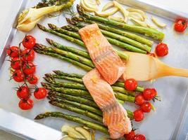 salmón pescado y espárragos verdes, tomates cherry, hinojo