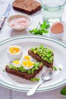 bruschetta con guisantes, menta y huevo