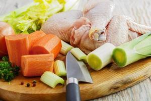 legumes crus e frango fatiado em uma placa