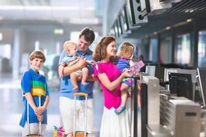 joven familia en el aeropuerto