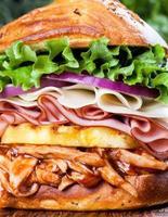 gran sándwich de pollo a la barbacoa hawaiana foto