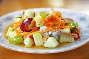 cerrar ensalada de frutas mixtas foto