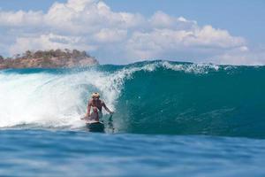 surfeando una ola. foto