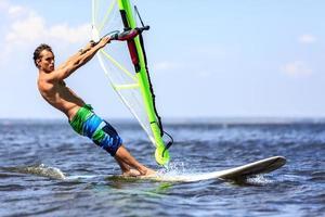windsurfista que se acerca rápidamente foto