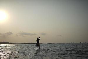 Aziatische gepensioneerde in de 60 in buitensporten op zee