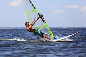 windsurfista de alta velocidad foto