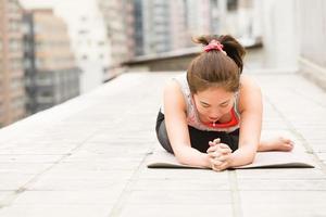 estirar los músculos después de la sesión de yoga foto