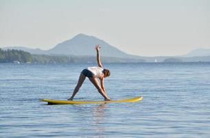 tabla de paddle yoga foto