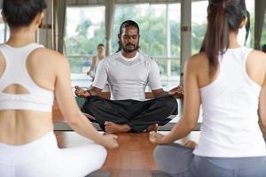 realizando clases de yoga