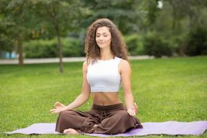 mujer bonita haciendo ejercicios de yoga foto