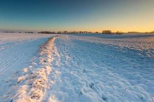 Hermoso paisaje de campo de invierno.