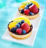 torta aux sobremesas de frutas em um prato