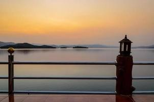 landschap van zonsondergang over meer