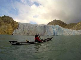 kayak de mar cerca de un glaciar